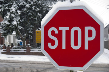Stoppschild im Winter