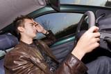 jeune homme au volant d'une voiture fatigue conduire trajet long
