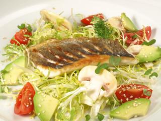 Kross auf der Haut gebratenes Fischfilet auf Salat