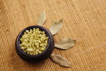 green bath salt (sól do kąpieli i liście laurowe)