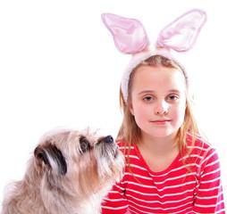 Ostermädchen mit Hund
