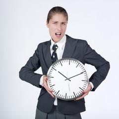 femme d'affaires tenant une horloge