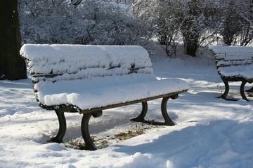 Parkbank im Winter