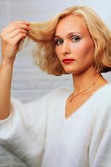 Junge Frau, blonde Frisur, Blondes Haar, Haarsträhne
