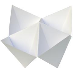 salière blanche sur fond blanc