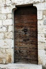 antica porta in legno su muro in pietra