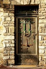antica porta con fregi in metallo