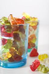 Bunte Gläschen gefüllt mit Gummibären