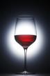 Rotweinglas im Gegenlicht
