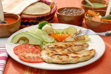 Pechuga de pollo asada a la plancha con ensalada y frijoles