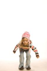 Mädchen mit Mütze springt gleich