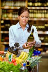 Einkauf von Wein im Supermarkt