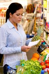 Einkauf im Supermarkt mit Einkaufszettel
