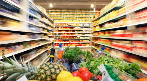 Leinwanddruck Bild Einkaufswagen mit Obst Gemüse Lebensmittel in Supermarkt