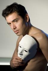 uomo con maschera