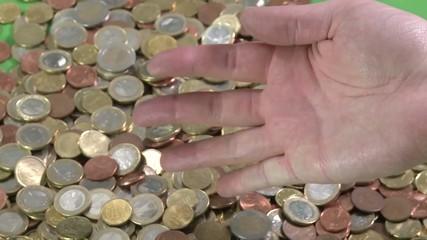 Geld rinnt durch Finger