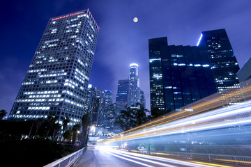 Ruch w Los Angeles w świetle księżyca