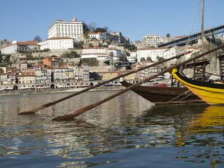 Barcazas y palacio episcopal de Oporto