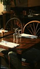 sillas de restaurante bañadas de luz sugerente