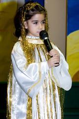 bambina che recita