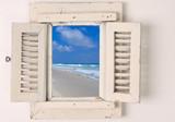 Małe drewniane okienko z widokiem na plażę - 12426626