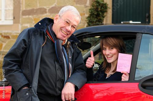 Führerschein mit 17 Papa/ Fahrschullehrer freut sich mit