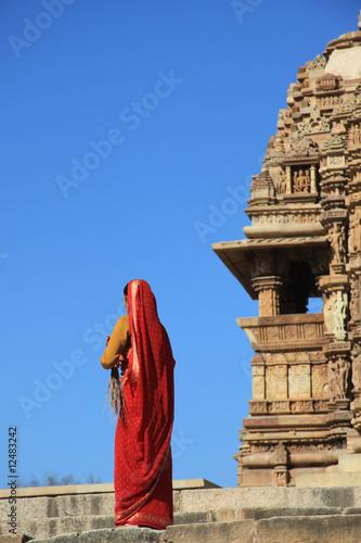 Inde - Femme aux portes du temple