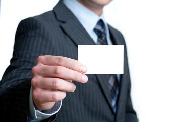 Mann im Anzug hält Karte entgegen