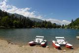vodní kola na břehu horské jezero.