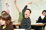 Fototapety élève levant la main en classe - école