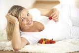 schwangere frau mit frischen früchten - Fine Art prints