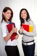 Junge Mädchen mit ihren Collegemappen