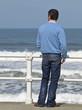 Hombre fumando frente al mar