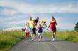 Glückliche Familie läuft den Hügel herunter