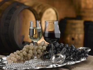 calici di vino botti di cantina sullo sfondo
