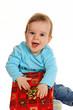 Kleines Kind mit einem Geburtstags Geschenk Paket