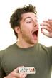 Mann schluckt Pille