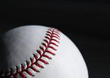 Minge de baseball cusatura close-up pe fundal negru.
