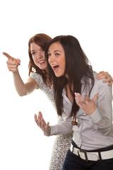 Zwei junge Frauen brechen in Gelächter aus