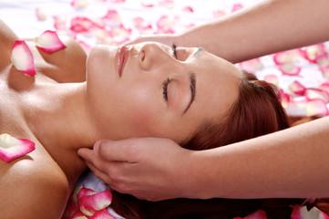 Massage mit Rosenblüten