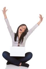 Junge erfolgreiche Frau mit Laptop freut sich