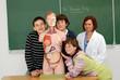 école - classe d'enfants avec leur professeur