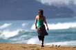 belle femme qui marche sur la plage
