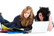 Deux adolescente avec ordinateur