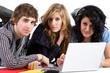Trois adolescent avec ordinateur