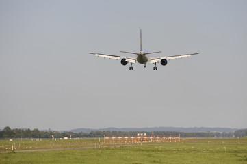 Flugzeug Silhouette bei Landung auf Flughafen München