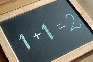 """""""1+1=2"""" (craie sur tableau noir)"""
