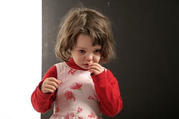 ritratto di piccola bambina sofferente che piange