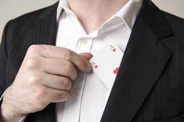 mann mit anzug zieht spielkarte herz ass aus jacket