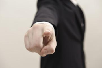 geschäftsmann zeigt mit zeigefinger